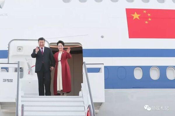 Первый день турне. Прибытие в Испанию. Председатель КНР Си Цзиньпин и его супруга при выходе из самолета.