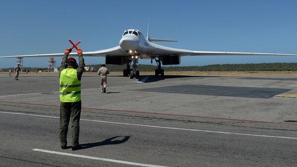 Российский стратегический бомбардировщик Ту-160 после посадки в международном аэропорту Майкетия к северу от Каракаса. 10 декабря 2018