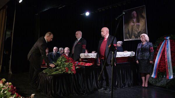 Президент РФ В. Путин принял участие в церемонии прощания с правозащитницей Л. Алексеевой