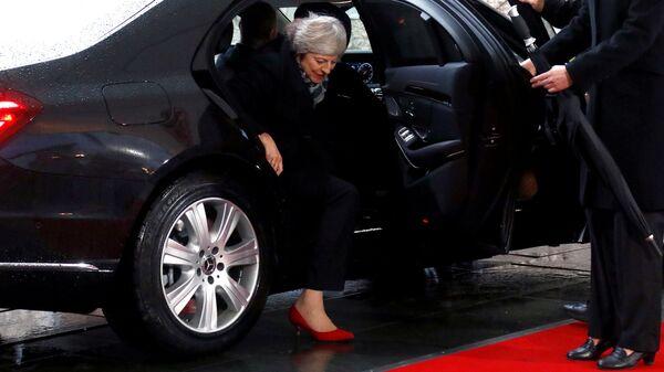 Заклинило: Мэй долго немогла выйти измашины кМеркель