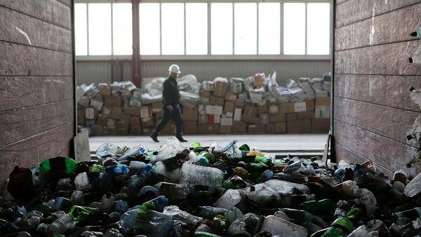 Сортировка мусора на мусороперерабатывающем заводе