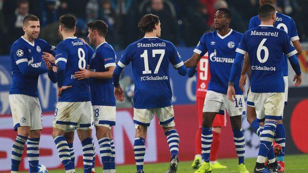 Игроки Шальке-04 поздравляют друг друга после окончания матча