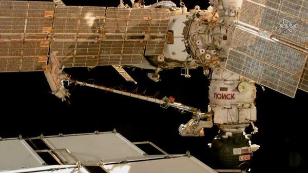 Российские космонавты исследовали отверстие в обшивке Союза МС-09. Кадры из космоса