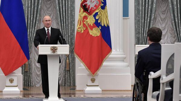 Владимир Путин выступает на церемонии вручения Государственных премий за выдающиеся достижения в правозащитной и благотворительной деятельности.