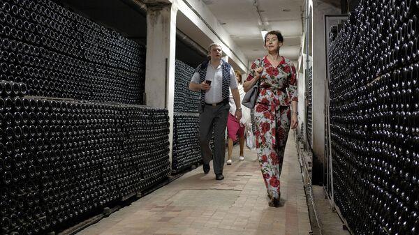 Посетители в центре винного туризма на территории Русского Винного Дома Абрау-Дюрсо в Краснодарском крае