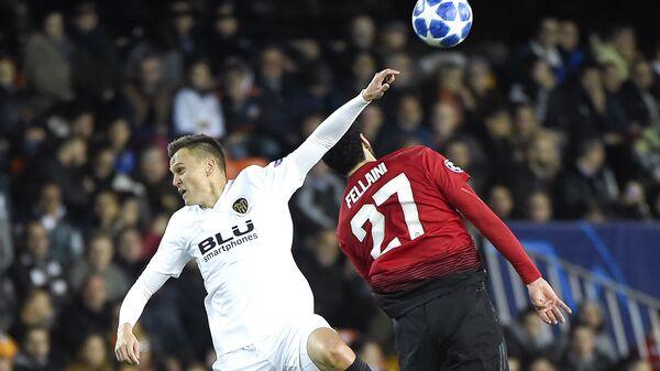 Футболисты Валенсии Денис Черышев (слева) и Манчестер Юнайтед Маруан Феллайни