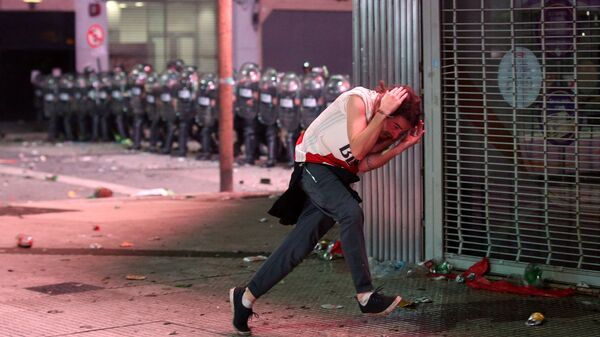 Футбольный болельщик во время столкновения с полицией в Буэнос-Айресе