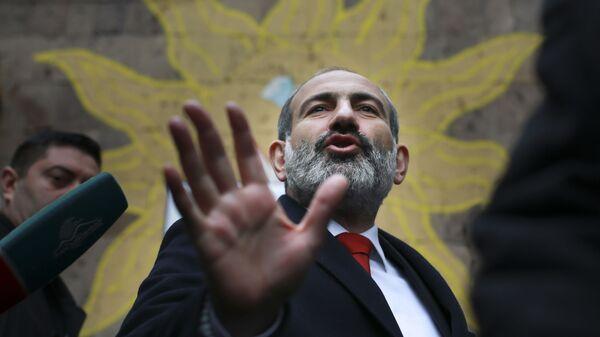 Исполняющий обязанности премьер-министра Армении Никол Пашинян у избирательного участка во время внеочередных парламентских выборов
