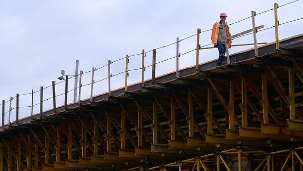 Рабочий во время строительства автомобильной развязки