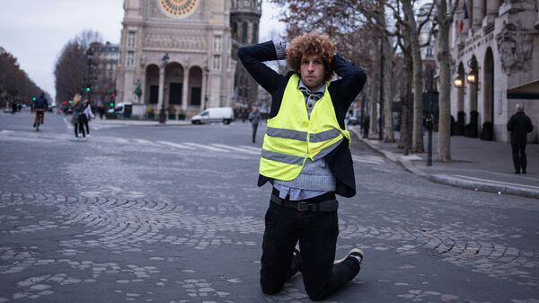 Участник акции протеста движения желтые жилеты в Париже