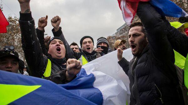 Акция протеста движения желтые жилеты в Париже