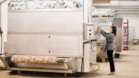 На фабрике цифровой печати на ткани в технопарке Калибр