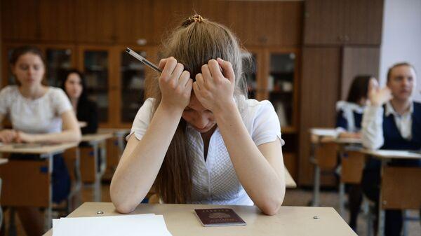 Ученики в классе перед началом экзамена