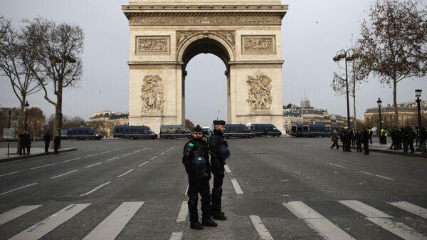 Полицейские на Елисейских полях в Париже, Франция. 15 декабря 2018