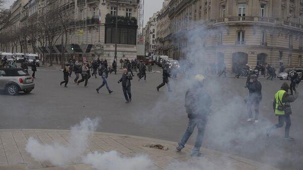 Акция протеста автомобилистов жёлтые жилеты в Париже. 15 декабря 2018