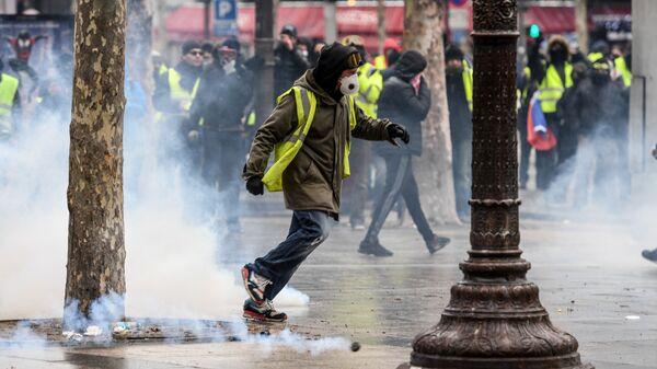 Демонстрация движения желтые жилеты в Париже, Франция