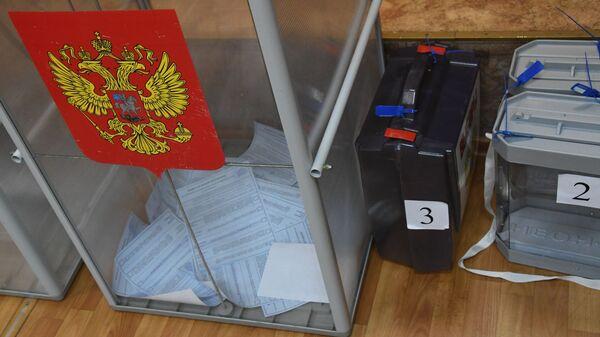 Урны для голосования на одном из избирательных участков
