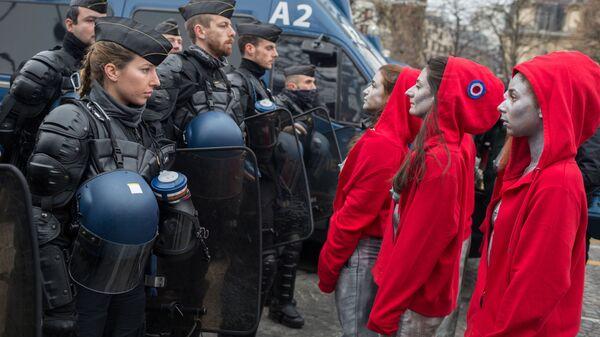 Участницы перформанса художницы Деборы де Робертис в образе Марианны во время акции протеста желтые жилеты в Париже