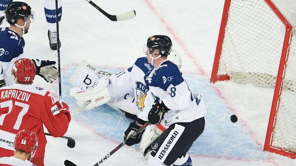 Вратарь сборной Финляндии Йони Ортио пропускает шайбу после броска Кирилла Капризова