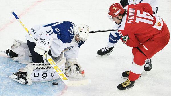 Вратарь сборной Финляндии Йони Ортио и форвард сборной России Сергей Плотников (слева направо)