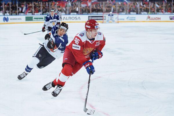 Форвард сборной России Андрей Кузьменко и нападающий сборной Финляндии Анрей Хакулинен (справа налево)