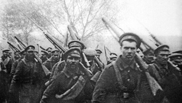 Отправка солдат на фронт во время Первой Мировой войны, архивное фото