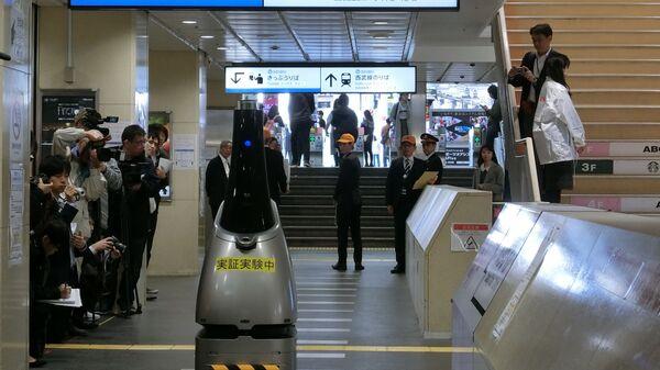 Робот с искусственным интеллектом на станции железной дороги Seibu в Японии