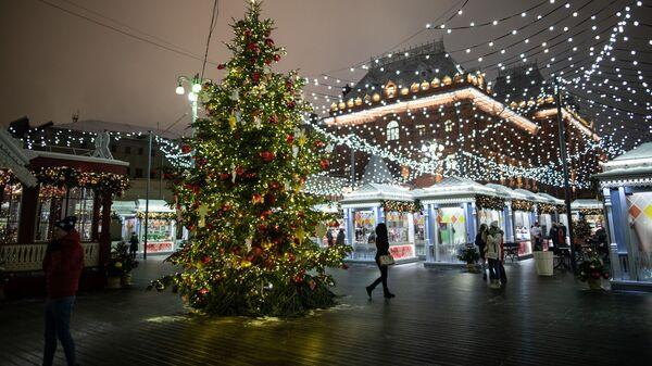 Новогодняя елка на площади Революции в Москве
