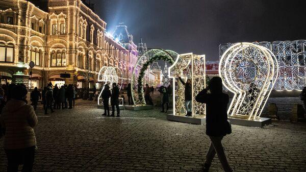 Новогодняя иллюминация на площади Революции в Москве