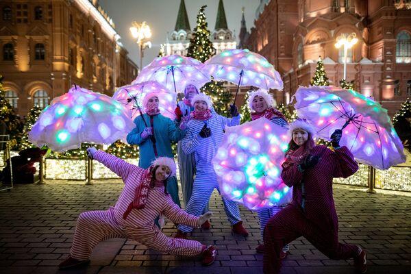 Участники фестиваля Путешествие в Рождество на площади Революции в Москве