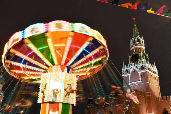 Карусель на ГУМ-Ярмарке на Красной площади в Москве
