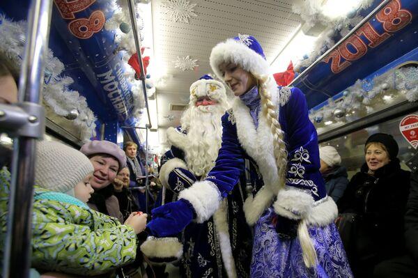 Дед Мороз и Снегурочка в вагоне тематического поезда