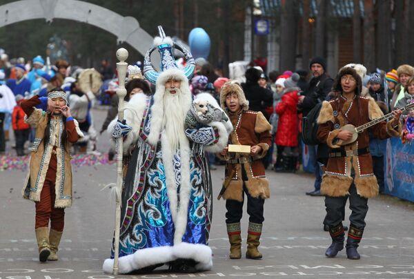 Чисхаан из Якутии принимает участие в праздничном шествии по случаю Дня рождения Деда Мороза в Великом Устюге