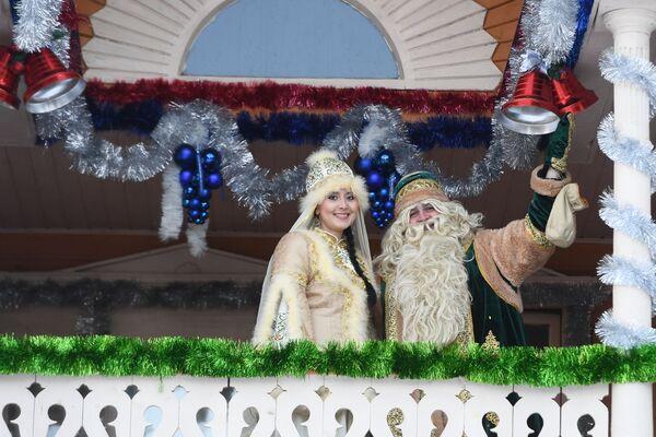 Татарский Дед Мороз Кыш Бабай со своей дочерью Кар Кызы приветствуют гостей с балкона своей резиденции в селе Яна Кырлай Арского района Республики Татарстан