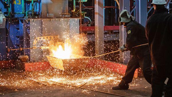 Рабочие у первой пилотной металлургической печи для выплавки чугуна из отходов металлургии в Мценске