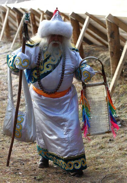 Сааган Убугун из Бурятии проходит по усадьбе во время празднования Дня рождения Деда Мороза в Великом Устюге