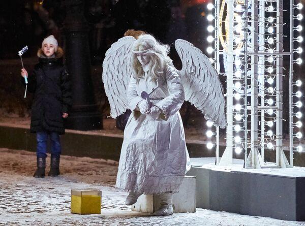 Уличный мим у Государственного Эрмитажа в Санкт-Петербурге