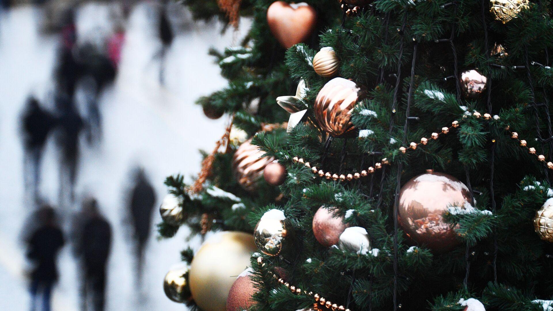 Елочные украшения на новогодней елке в Москве - РИА Новости, 1920, 08.09.2020