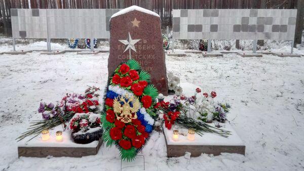 Стенды с именами погибших советских военнопленных на братской могиле в Пиексямяки