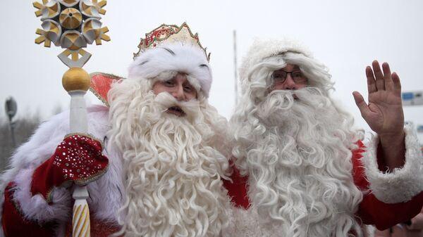 Российский Дед Мороз из Великого Устюга и финский Йоулупукки во время встречи на пограничном переходе в Выборгском районе Ленинградской области