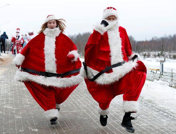 Предновогодний забег Санта-Клаусов и Дедов Морозов в Минске