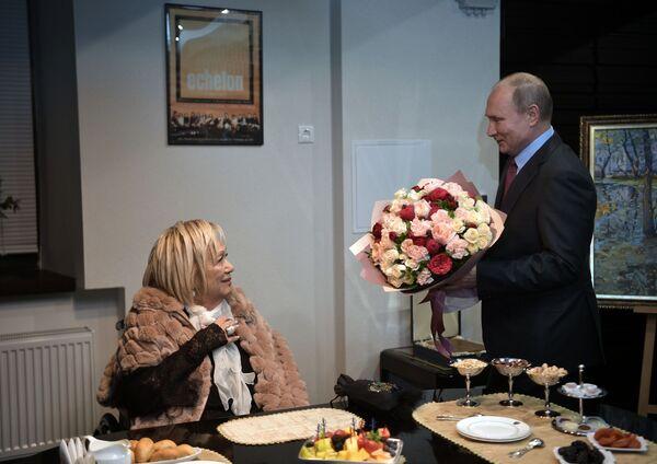 Президент РФ Владимир Путин поздравляет с юбилеем художественного руководителя театра Современник Галину Волчек