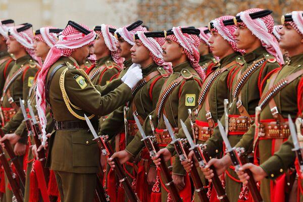 Почетный караул короля Иордании готовится к прибытию президента Болгарии Румена Радева в Королевский дворец в Аммане