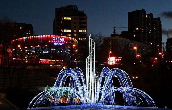 Новогодняя иллюминация на набережной Спортивной гавани во Владивостоке