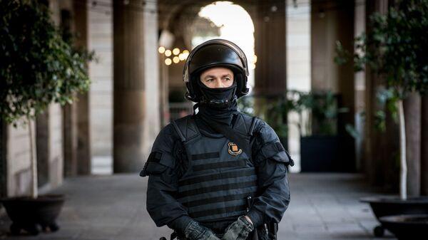 Сотрудник полиции во время акции протеста в Барселоне