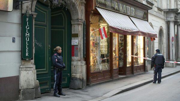 Сотрудники австрийской полиции возле ресторане Фиглмюллер в Вене, где произошла стрельба