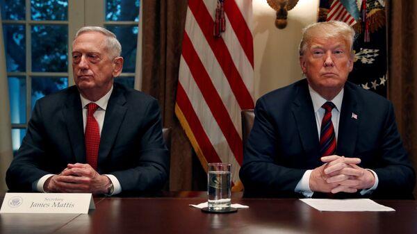 Президент США Дональд Трамп и министр обороны Джеймс Мэттис в Кабинете министров в Белом доме в Вашингтоне, США. 23 октября 2018 года