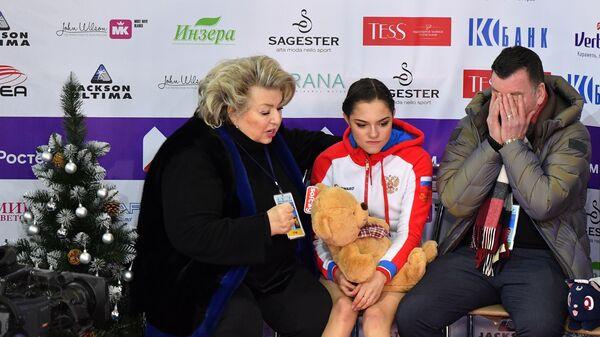 Брайан Орсер (справа), Евгения Медведева (в центре) и Татьяна Тарасова (слева)