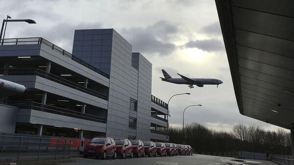 Самолет совершает посадку в лондонском аэропорту Гатвик