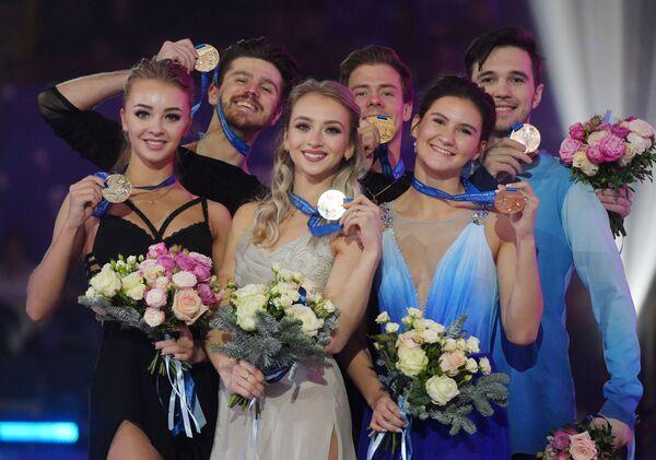 Александра Степанова и Иван Букин, Виктория Синицина и Никита Кацалапов, Софья Евдокимова и Егор Базин (слева направо).